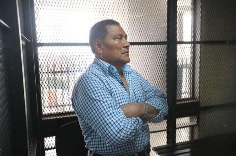 El militar retirado Santos López Alonzo escuchó el relato del sobrevivente de la masacre Dos Erres. (Foto Prensa Libre: Erick Avila)