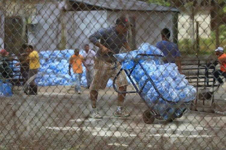 Reclusos de las cárceles de Fraijanes reciben agua en bolsa para solventar la crisis  causada por la falta de agua en el lugar. (Foto Prensa Libre: Esbin García)