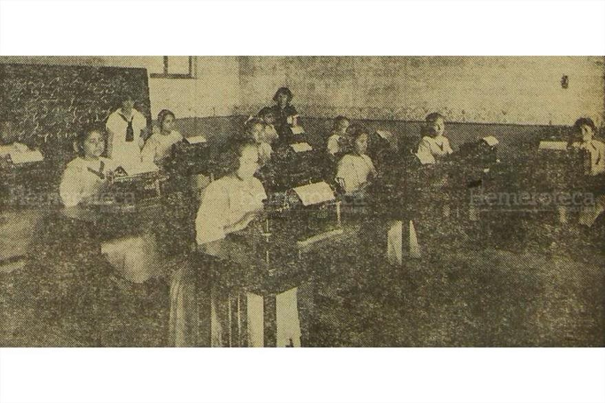 Desde 1873, ha sido una de las principales preocupaciones del centro, la educación para los jóvenes que se encuentran asilados. Un grupo de alumnas en la clase de taquimecanografía, hace algunos años.(Foto: Hemeroteca PL)
