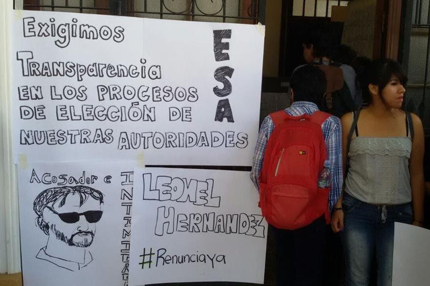 Alumnos de la USAC rechazan con carteles la toma de posesión del nuevo director de la Escuela Superior de Arte. (Foto Prensa Libre: Álvaro Interiano)