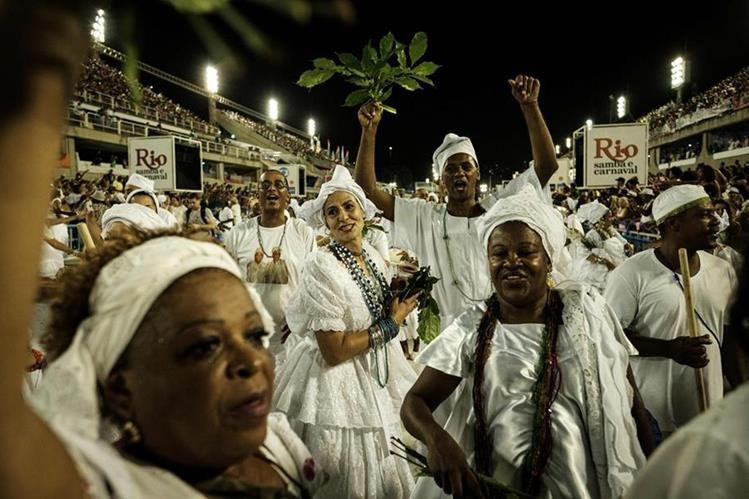 Una escuela de samba, durante un ensayo para el carnaval de Río de Janeiro. (Foto Prensa Libre: AFP)