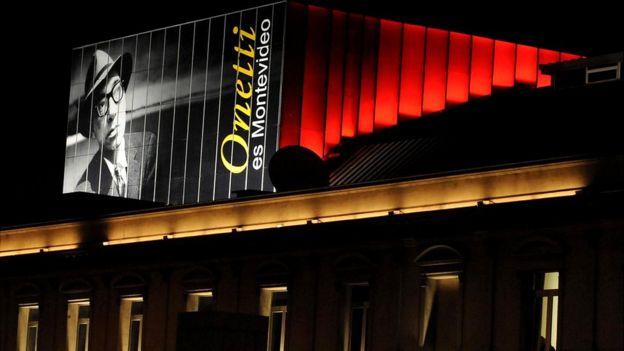 Juan Carlos Onetti es uno de los escritores latinoamericanos más admirados por Nootebbom. Imagen del escritor uruguayo sobre un teatro en Montevideo. (PABLO PORCIUNCULA/GETTY IMAGES)