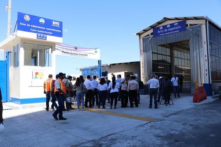 Autoridades del Maga y Oirsa, inauguraron el área de tratamientos cuarentenarios que funcionará dentro del centro aduanero de Puerto Quetzal. (Foto Prensa Libre: Enrique Paredes)