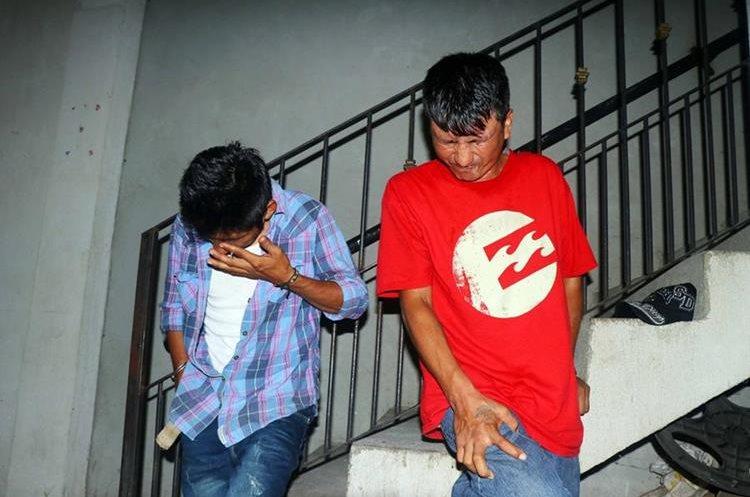 Luis Rafael Chibalan Puac de 18 años (i) y Marcos Leonel Puac de 34 (d), ambos originarios de Suchitepéquez fueron llevados a la comisaría 34 de Retalhuleu. (Foto Prensa Libre: Rolando Miranda)