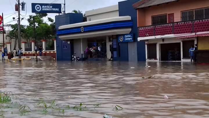 El colapso de los drenajes y la fuerte lluvia provocó inundaciones. (Foto Prensa Libre: Conred)