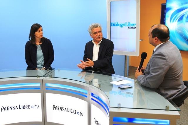 Expertos Corinne Derik y Édgar Gutiérrez conversan con el editor de Información, Antonio Barrios. (Foto Prensa Libre: Esbin García)