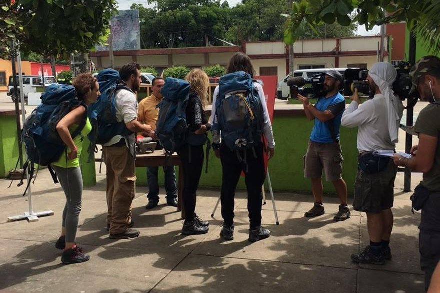 Personal de producción del programa Pechino Express se reúnen para empezar una filmación en Tikal. (Foto Prensa Libre: Rigoberto Escobar)