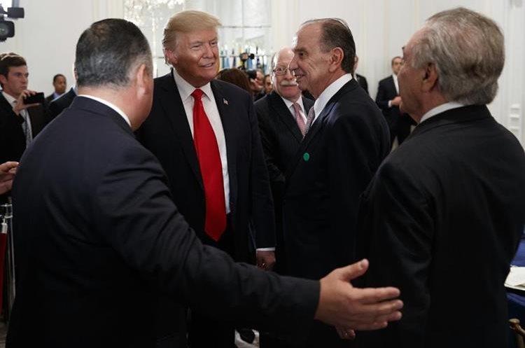 Trump recibe al canciller de Brasil, Aloysio Nunes, y el presidente de Brasil, Michel Temer, cuando llega a la cena con los líderes latinoamericanos. (AP).
