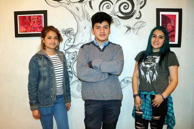 Daniela Ochoa, Wilhelm Tzoc y Anyka Ochoa, artistas emergentes y dedican parte de su tiempo a la pintura en Vessica, Galería de Arte, en la zona 1 de Xela. (Foto Prensa Libre: Carlos Ventura)