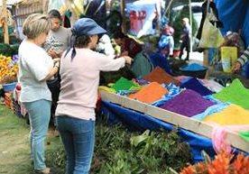 En los campos del Roosevelt los comerciantes ofrecen diversos productos de la temporada.
