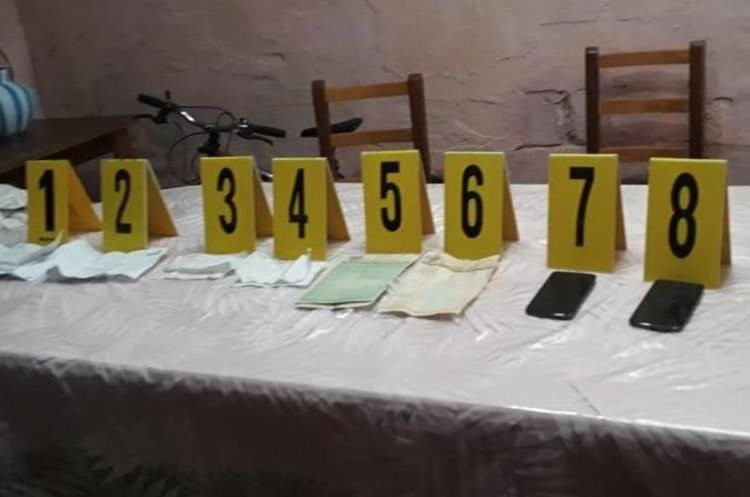 Algunos de los indicios que autoridades decomisaron durante los allanamientos en San Marcos. (Foto Prensa Libre: PNC).