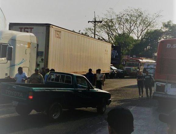 Decenas de automovilistas se quedaron varados en el crucero La Virgen, Tecún Umán, San Marcos. (Foto Prensa Libre: Whitmer Barrera)