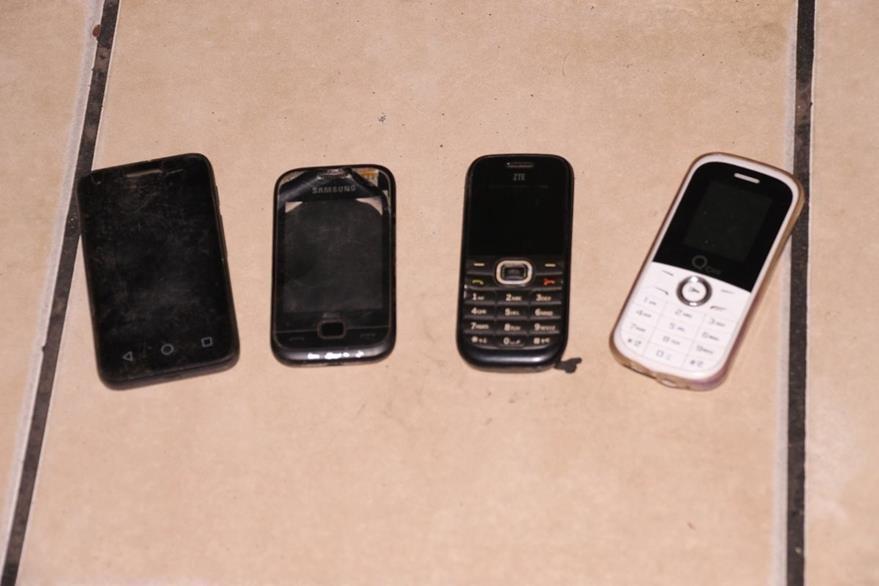 Cuatro teléfonos móviles le fueron decomisados a un presunto asaltante en Palín, Escuintla. (Foto Prensa Libre: PNC)