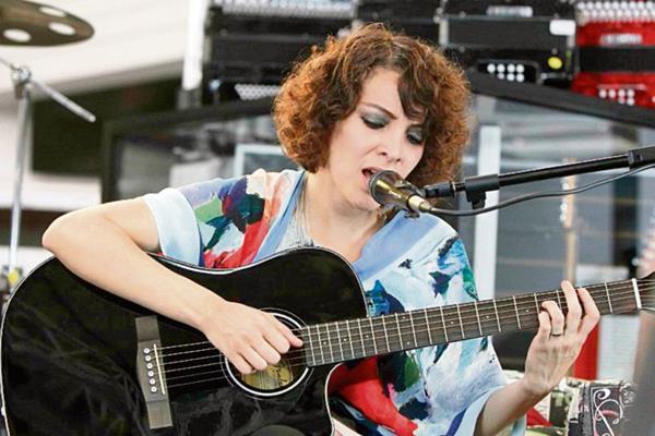 Gaby Moreno interpreta a su estilo la canción de cuna A la rorro niño.
