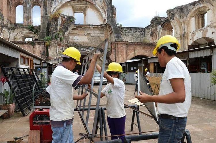 El donativo de la Cooperación Española pudo haber sido dirigida al funcionamiento de la Escuela Taller Municipal, cuyos estudiantes aprenden construcción. (Foto Prensa Libre: Julio Sicán)