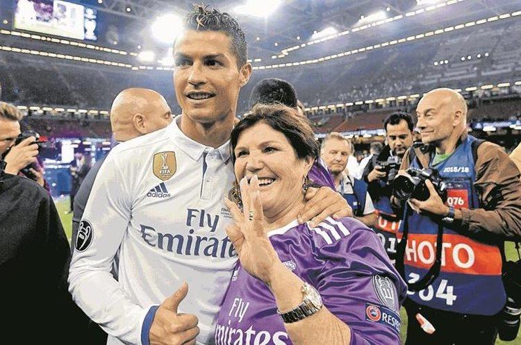 Cristiano festeja con su madre, María Dolores dos Santos, después de haber firmado su cuarta liga de campeones. 4/6/2017. (Foto Hemeroteca PL)