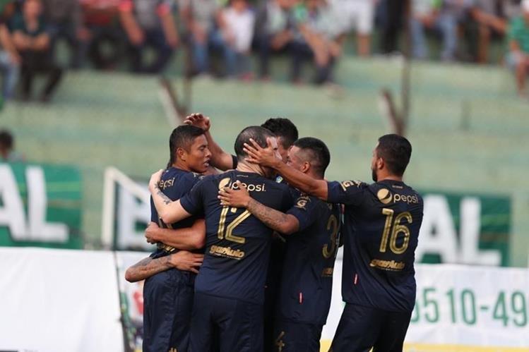 Así festejaron los jugadores de Comunicaciones, en el estadio Pensativo. (Foto Prensa Libre: Edwin Fajardo)