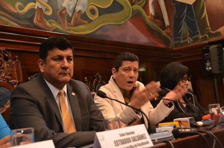 """El diputado Estuardo Galdámez (izquierda) llamó """"sediciosos"""" a los legisladores que no apoyan las reformas a la Ley de Antejuicios. (Foto Prensa Libre: Hemeroteca PL)"""
