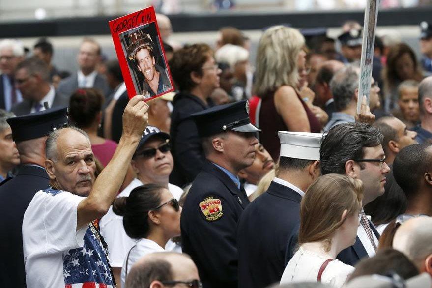 Familiares muestran retratos de vítimas del atentado el 11 de septiembre del 2001. (AP)