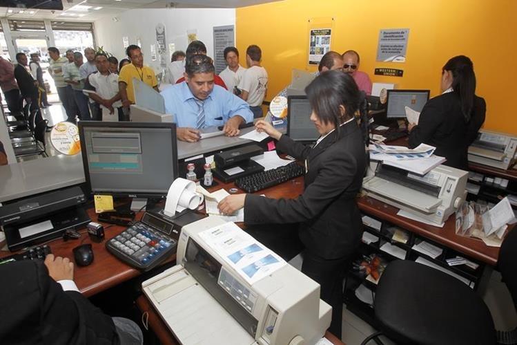 Los trabajadores tendrían que pagar más impuestos con esa medida. (Foto Prensa Libre: Hemeroteca PL)