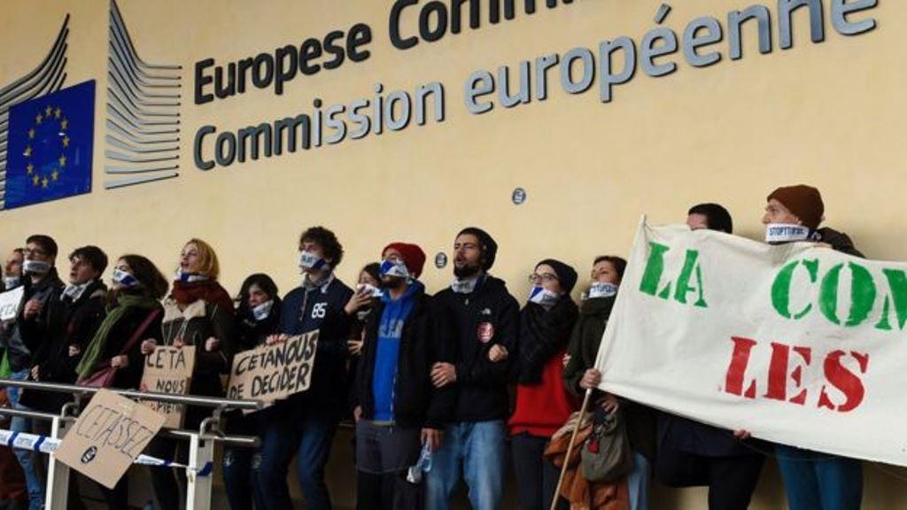 Hubo protestas a lo largo de las conversaciones comerciales. AFP