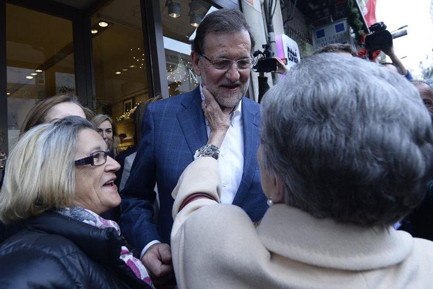 Mariano Rajoy, mientras saluda a simpatizantes en su visita a Galicia. (Foto Prensa Libre: AFP).