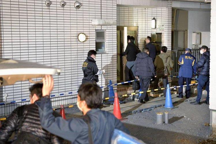 Efectivos<span> de la Policía</span> <span>registran el apartamento</span> <span>de</span> <span>Kabu</span> <span>Terauchi</span> <span>en </span><span>Tokio.</span>