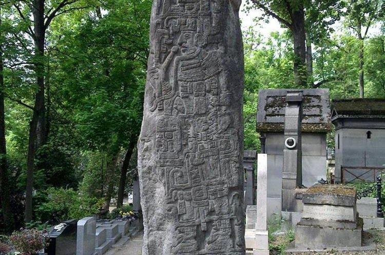 Tumba de Miguel Ángel Asturias en el cementerio de Pere-Lachaise, en París, Francia.