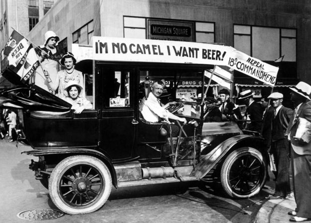 """""""¡No soy un camello, yo quiero cerveza!"""", se lee en un coche estadounidense en la década de los 20. GETTY IMAGES"""