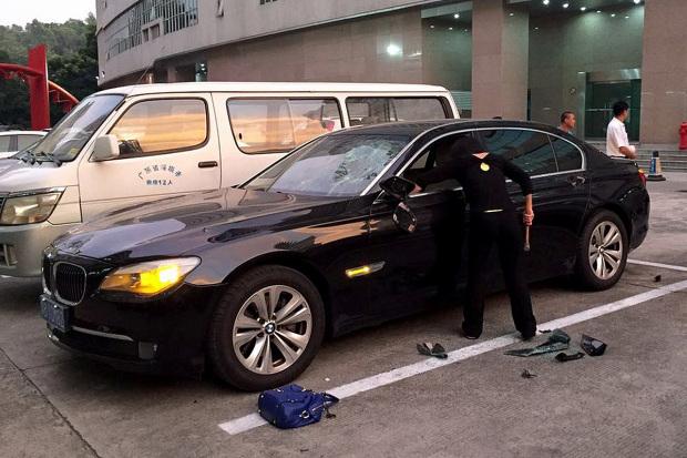Una mujer destruye el vehículo de su esposo. (Foto Prensa Libre: CEN)