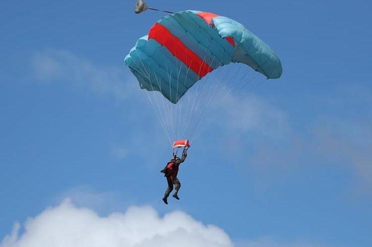 El paracaidista mexicano José Enrique Herrera muestra sus habilidades. (Foto Prensa Libre: Esbin García)