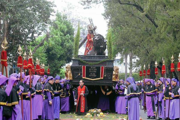 El recorrido del cortejo de la consagrada imagen de Jesús Nazareno de la Merced dura cerca de 11 horas. (Foto Prensa Libre: Óscar Rivas)