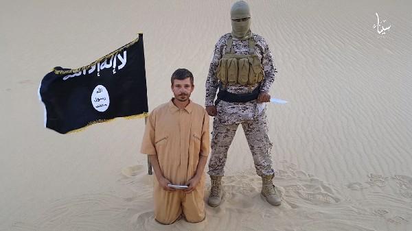 <em>Tomislav Salopek aparece junto a otra persona vestida de militar.</em>