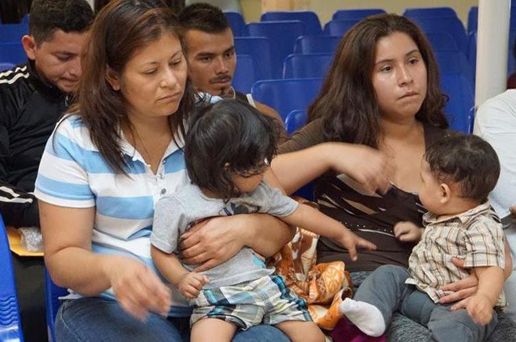 Madres centroamericanas con sus hijos esperan ser atendidas por voluntarios en McAllen, Texas.(Foto Prensa Libre: AFP)