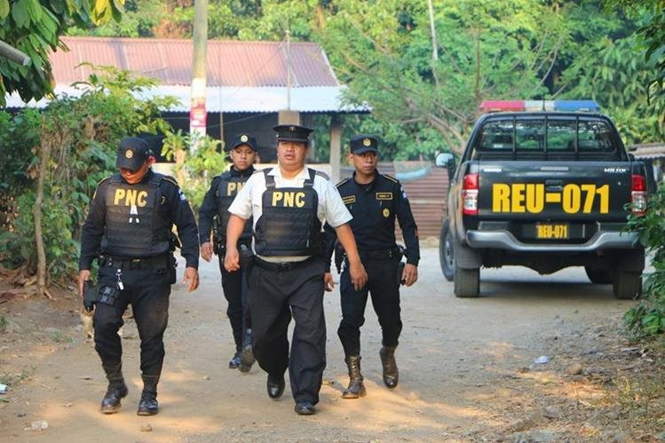 Agentes de la PNC efectúan allanamientos en inmuebles del cantón Bacajia 2, San Andrés Villa Seca, Retalhuleu. (Foto Prensa Libre: Rolando Miranda)