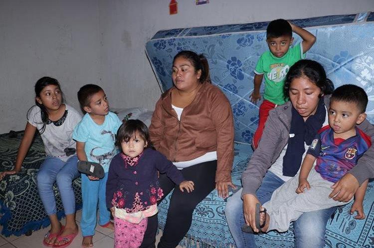 Las cuñadas López Vásquez y López García narran junto a sus cinco hijos los momentos de angustia que vivieron en su vivienda, en San Miguel Los Lotes, Escuintla, cuando cayó el material volcánico sobre sus viviendas. (Foto Prensa Libre: Víctor Chamalé)
