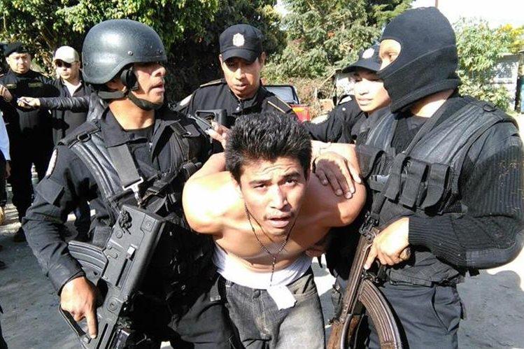 Pandillero del Barrio 18 fue detenido en su vivienda en Villa Nueva. (Foto Prensa Libre: José Patzán)
