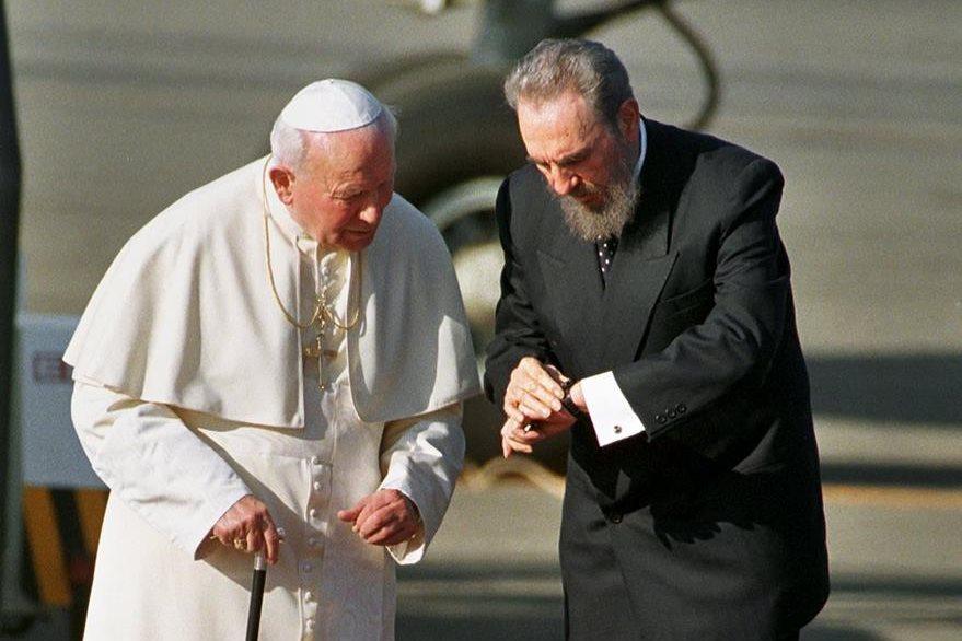 Fidel Castro recibe a Juan Pablo II en Cuba el 21 de enero de 1998. (Foto: AP)