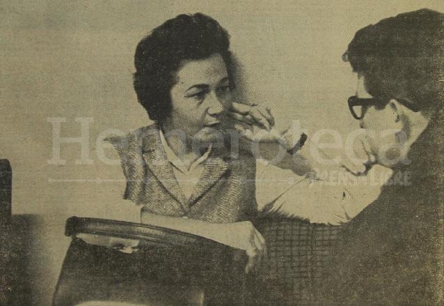 La hermana de Fidel Castro, Juana Castro Ruz, brinda declaraciones a Antonio Edelman Monzón, periodista de Prensa Libre en 1964. (Foto: Hemeroteca PL)