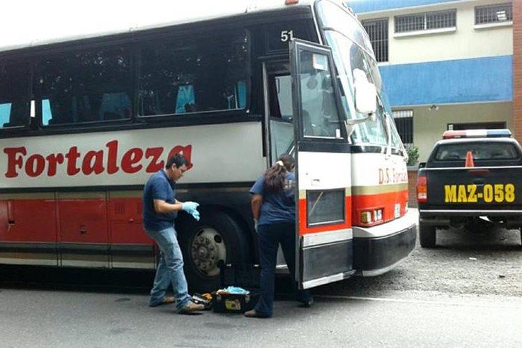 Peritos del MP recogen evidencia en el autobús donde ocurrió la balacera. (Foto Prensa Libre: Melvin Popá)