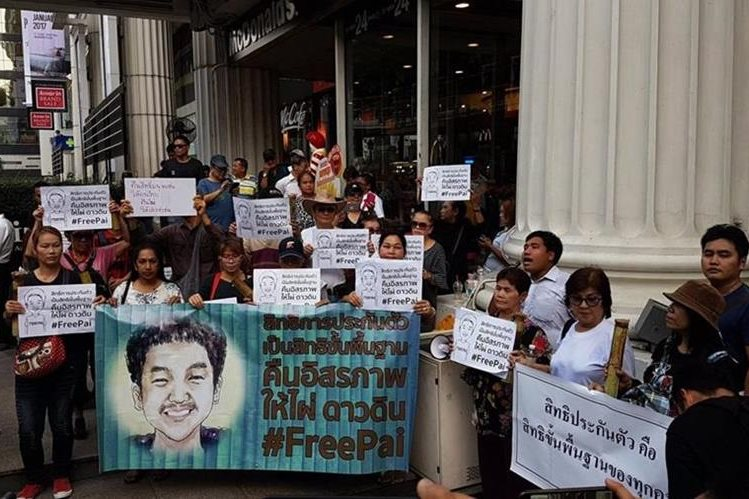 Jatupat Boonpatararaksa es un líder estudiantil, condenado por el delito de lesa majestad en Tailandia. (Foto Prensa Libre: Nationmultimedia.com)