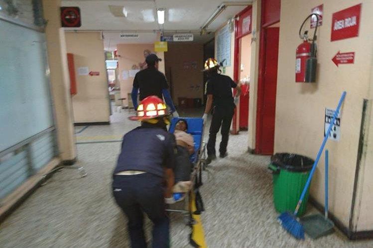 Uno de los heridos es ingresado al hospital de Quiché. (Foto Prensa Libre: Héctor Cordero)