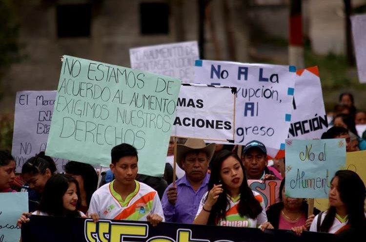 Con pancartas vendedores del mercado de Chiantla recorren las principales calles del municipio. (Foto Prensa Libre: Mike Castillo)