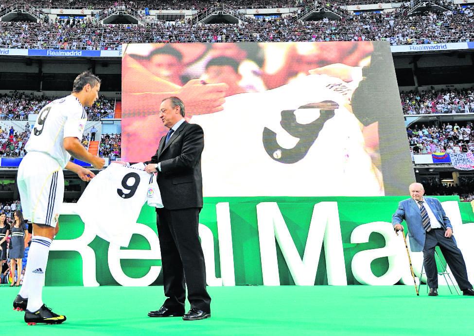 Florentino Pérez, presidente del Real Madrid, entrega la camisola con el número nueve a la nueva figura del equipo merengue Cristiano Ronaldo..7/7/2009 (Foto: Hemeroteca PL)