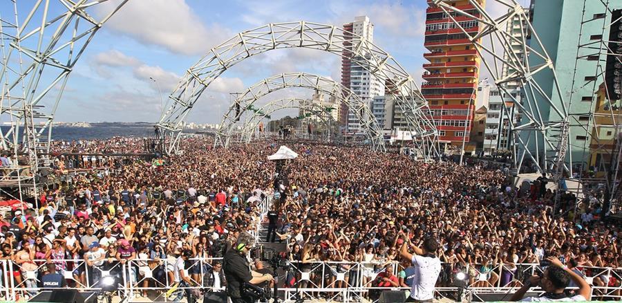 Se calcula que unas 400 mil personas presenciaron el show del domingo (Foto Prensa Libre: EFE).