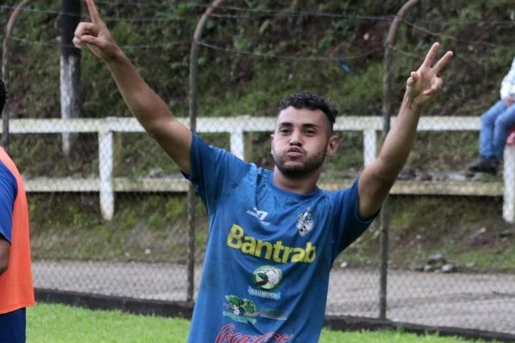 El delantero guatemalteco Edi Danilo Guerra, de Cobán Imperial, sigue de cerca al máximo romperredes del Apertura 2017, el brasileño Janderson Pereira, de Petapa (Foto Prensa Libre: Eduardo Sam)