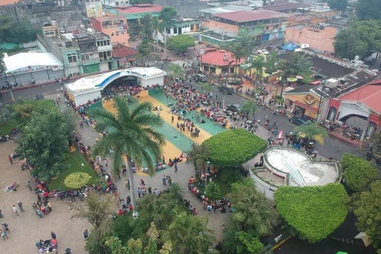 Migrantes hondureños se reúnen en el parque central de Tecún Umán, San Marcos, para planificar su salida hacia México. (Foto Prensa Libre: Rolando Miranda)