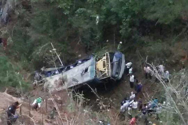 Los pasajeros habían asistido a una reunión religiosa cuando sucedió el accidente. (Foto Prensa Libre: EFE)