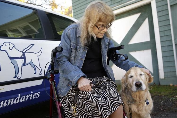 Audrey Stone acaricia a su perro, Figo. (Foto Prensa Libre: AP).