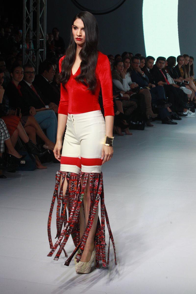 La colección de Mayanz presentó diseños originales creados con tejidos tradicionales. (Foto Prensa Libre: Estuardo Paredes)